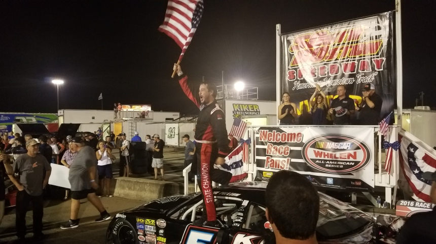 Lee Pulliam celebrates winning the Thunder Road Harley Davidson 200 (📸 Shawn Dulin/The Weekly Racer)