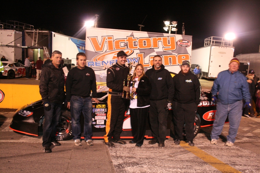 Bradley McCaskill celebrates in victory lane after winning Saturday nights Limited Late Model feature with car owner, mom, and crew. (Justin Kern/TheWeeklyRacer.com)