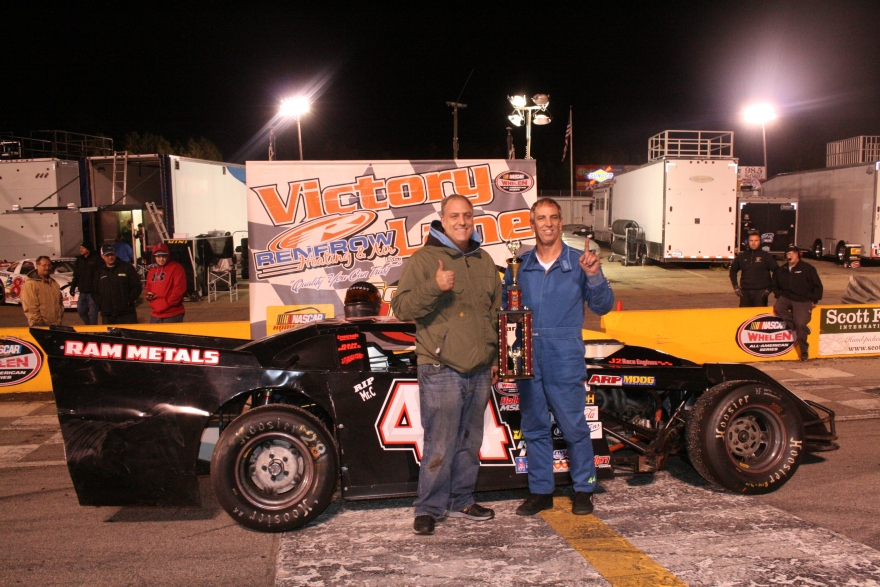 Robbie Babb dominates 2016 Thanksgiving Classic. Celebrates in victory lane with brother Jimmy Babb. (Justin Kern/TheWeeklyRacer.com)