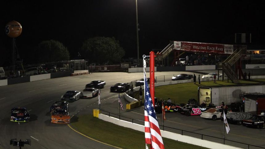 Late Model racing at Carteret County Speedway's 2016 finale.  (Andy Marquis/Race22.com photo)